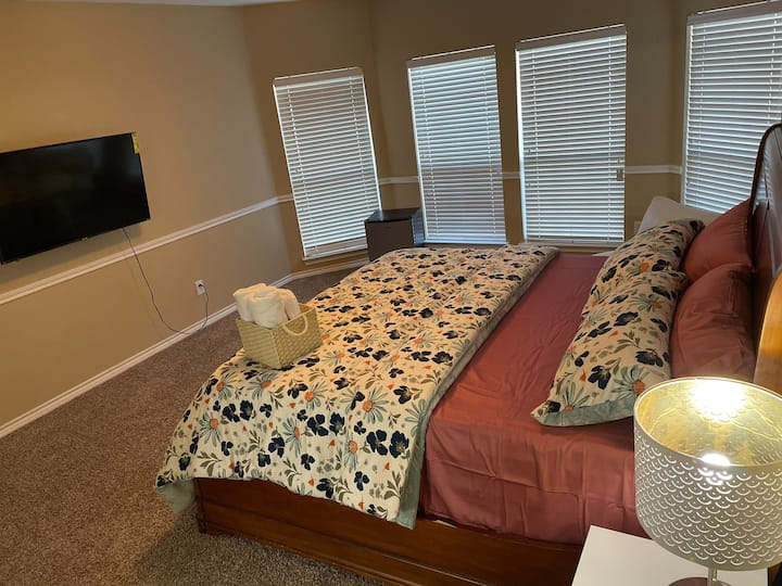 Luxury Private bedroom near Arlington & Dallas