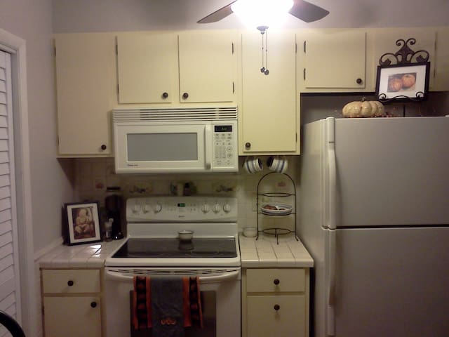 Full Kitchen with Dishwasher Washer and Dryer to the left behind door