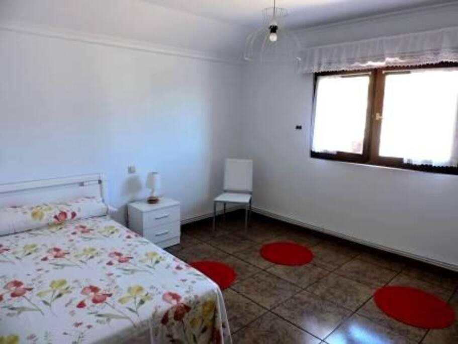 Dos dormitorios equipados con camas matrimoniales y amplios armarios.