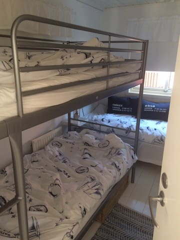 Sovrum 2 med våningssäng och enkelsäng