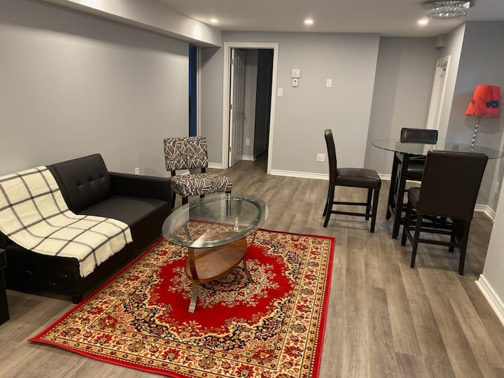 Modern Nepean Home 4BD with Wifi/Parking/Laundry