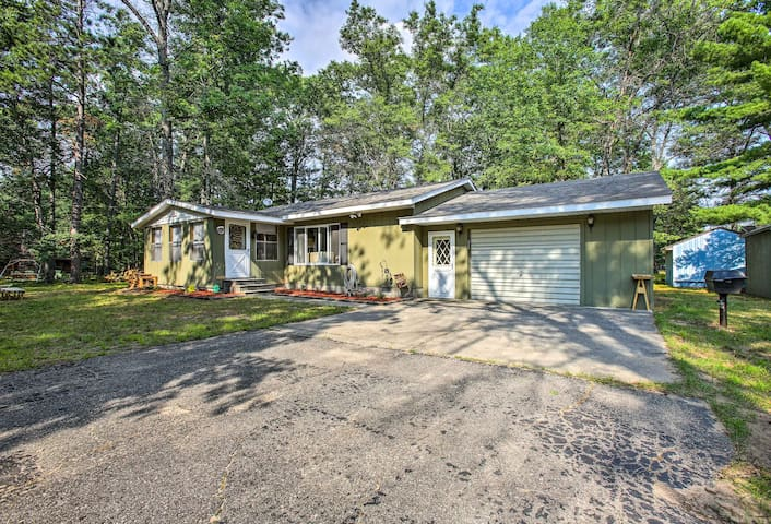 NEW Roscommon Home w/Fire Pit-Walk to Higgins Lake