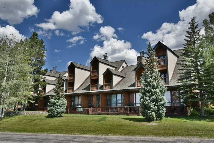 Big Updated Keystone Ski Townhouse Great For Families. Complex Hot Tub, Views, Easy Drive to Resorts