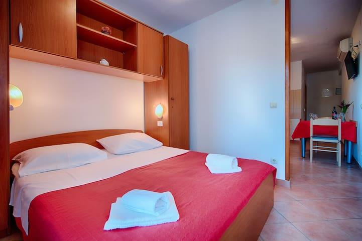 Studio Apartment, 50m from city center, beachfront in Pasadur - island Lastovo, Balcony