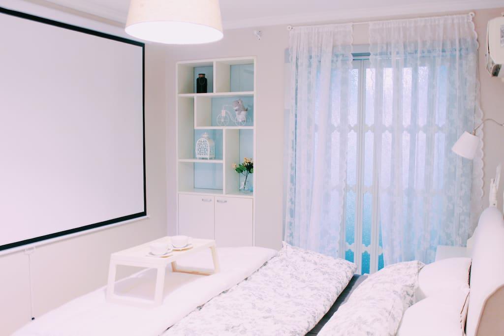 欧式2m大床,软软的、很舒适,总能让你伴着窗外的阳光自然醒