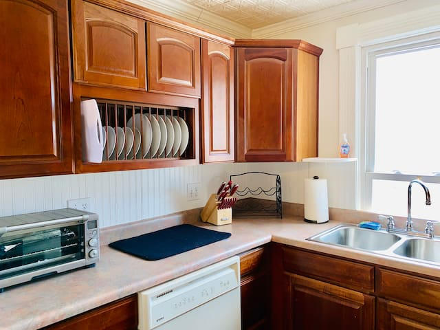 Full kitchen with dishwasher, toaster oven and ice maker