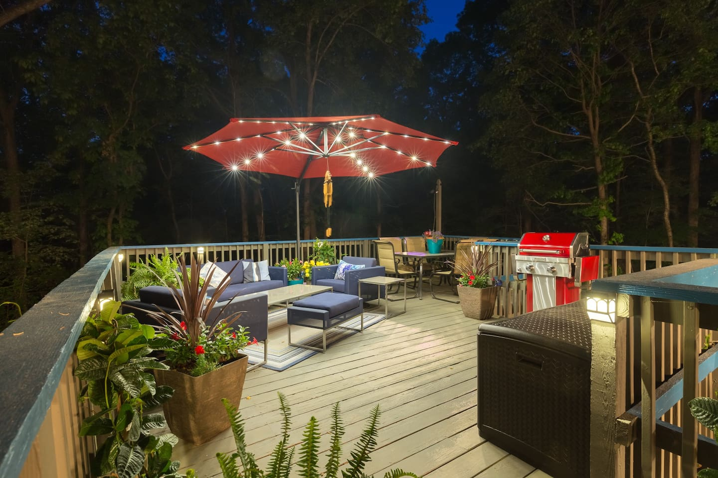 2nd story sundeck with couch, love seats, dining table, & grill