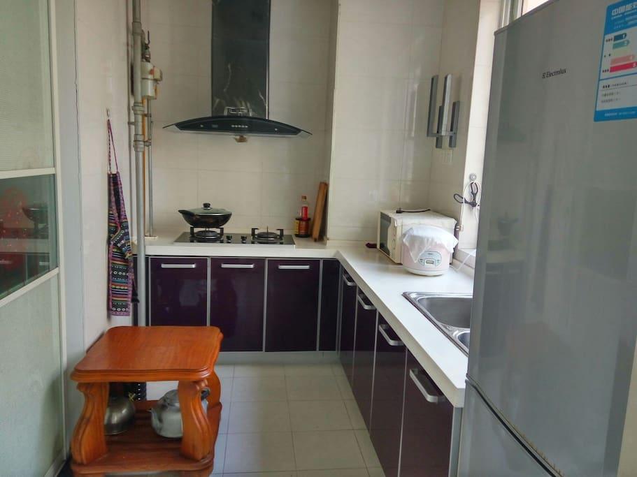 厨房配有 厨具 燃气灶 微波炉 电饭锅 冰箱及调料
