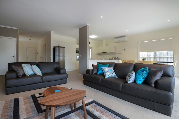 Stylish and Spacious Apartment  - Lakes Entrance - Daire
