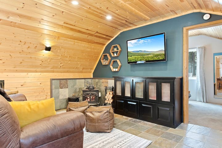 Smart TV with all your favorite streaming services, adorably cute wood-burning stove, comfy couch... it's the perfect getaway!