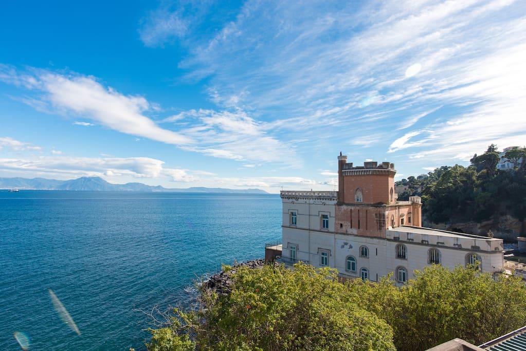 Il panorama dalla camera da letto della Torre. La vista spazia su tutto il Golfo, dal Vesuvio alla penisola di Sorrento, fino all'isola di Capri