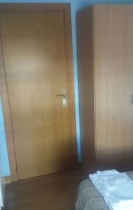 Cama doble, armario, ventana, luz - Huoneisto
