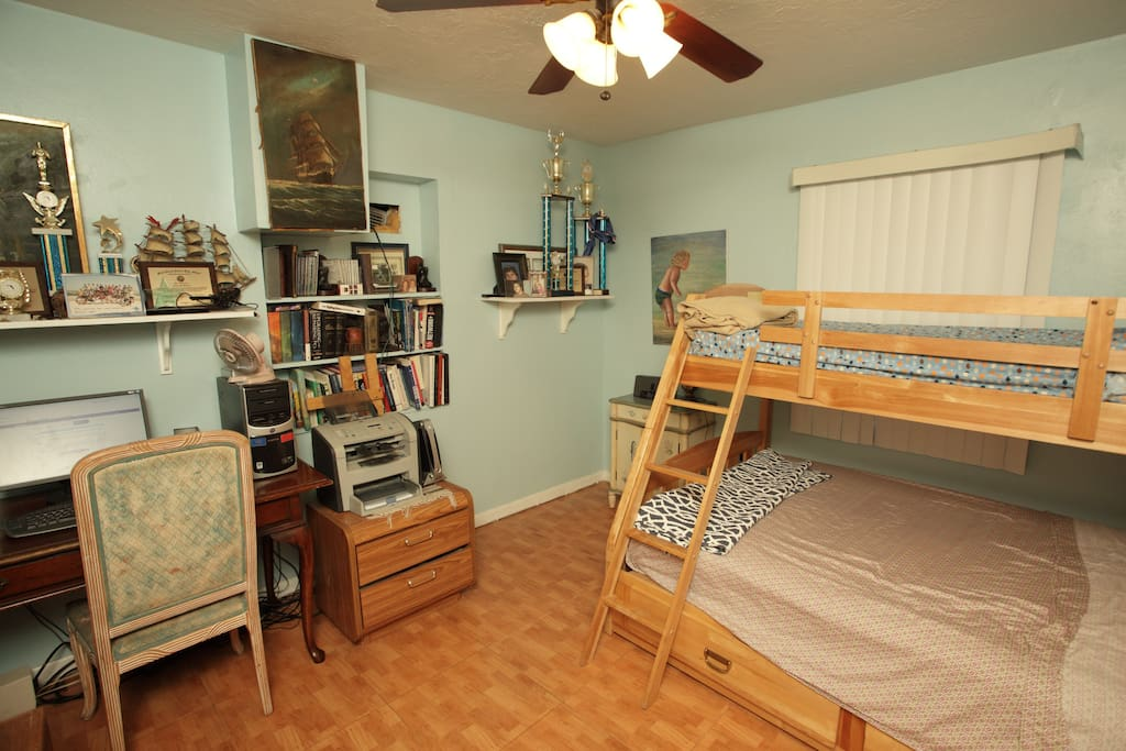 Bunk bed with double and twin mattresses