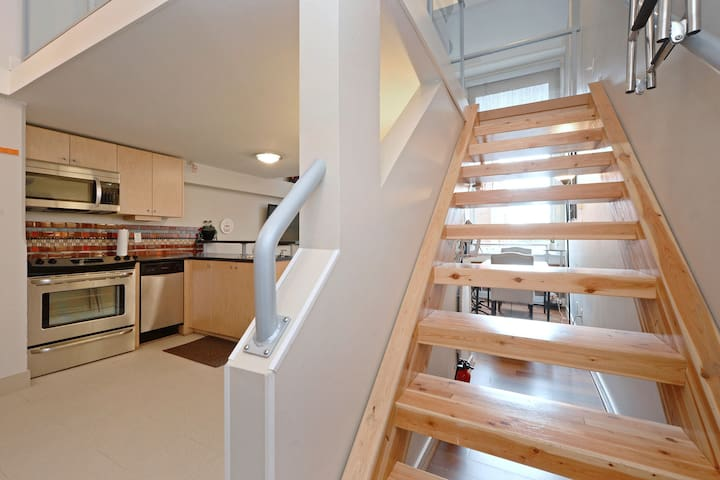 Whimsical Heritage Loft - Centrally Located