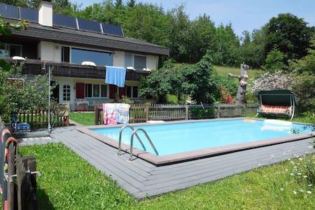 Swimmingpool und Bergsicht, viel Platz und Ruhe
