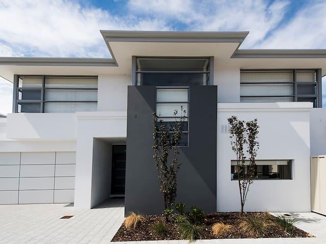 5 Star Perth Exec. Accommodation Sleeps 1 to 10 - Côme - Maison