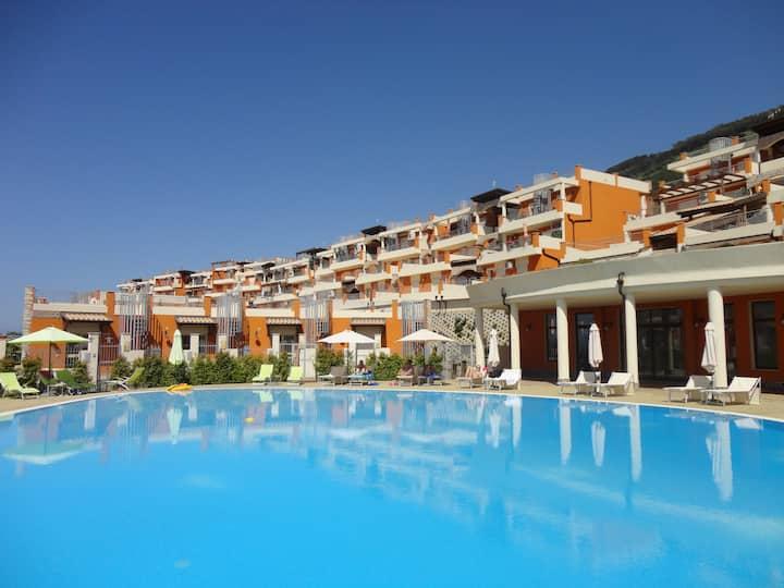 Nieuw appartement met zwembad en zeezicht