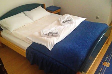 App99: Soba 1 - Bračni krevet i garderober