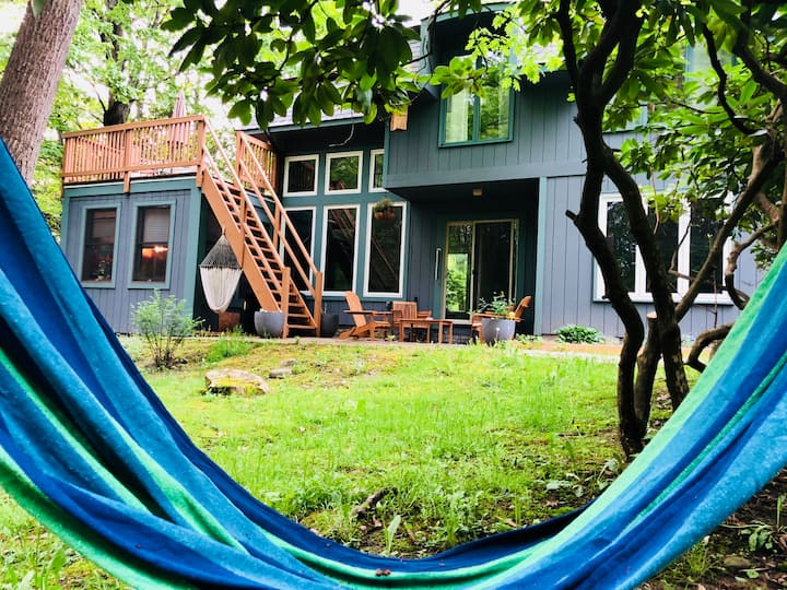 Beautiful creekside retreat with sauna and privacy