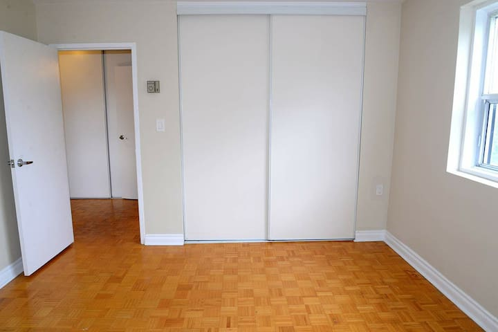 Looking someone to share a room in my apartment