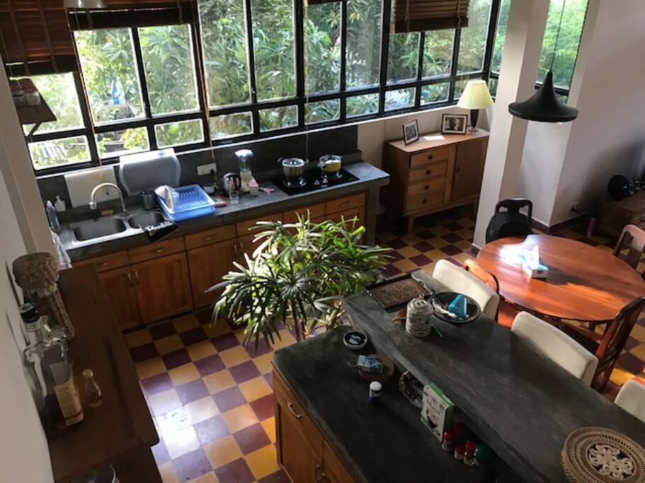Un salon-cuisine spacieux et lumineux / A bright and spacious kitchen - living room