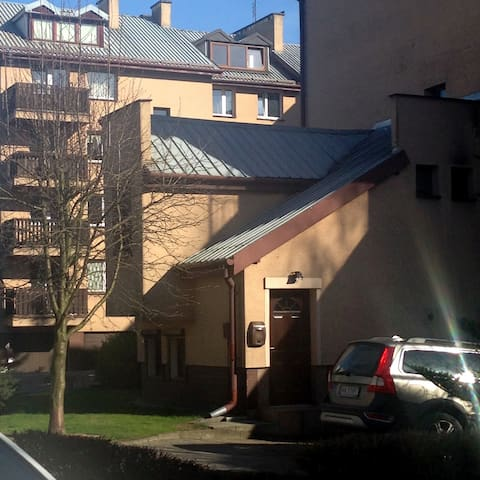 mały przytulny domek z parkingiem w dużym mieście