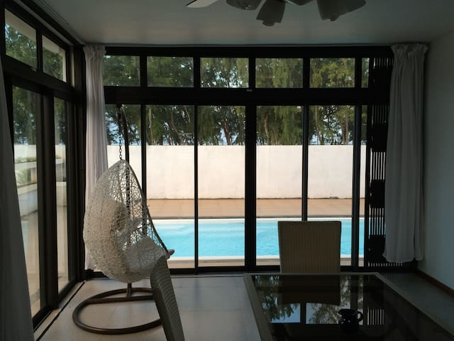 Spacious 4 BR Beach Villa w/Private Pool + WIFI - Quatre Cocos