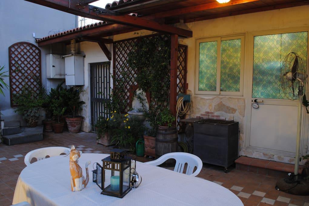 Veduta dello spazio esterno a disposizione degli ospiti. Il cancelletto sulla sinistra è l'ingresso privato.