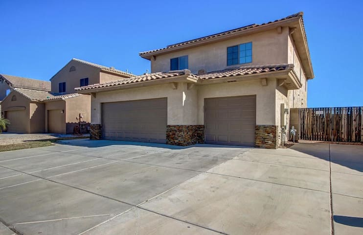 Gorgeous 4 brm home w/pool near Final 4 &Glendale! - Surprise