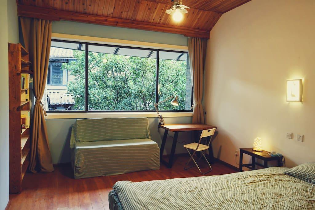 二楼是卧室、书架、厨房、办公桌。