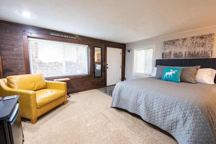 Private guest suite with queen size bed.