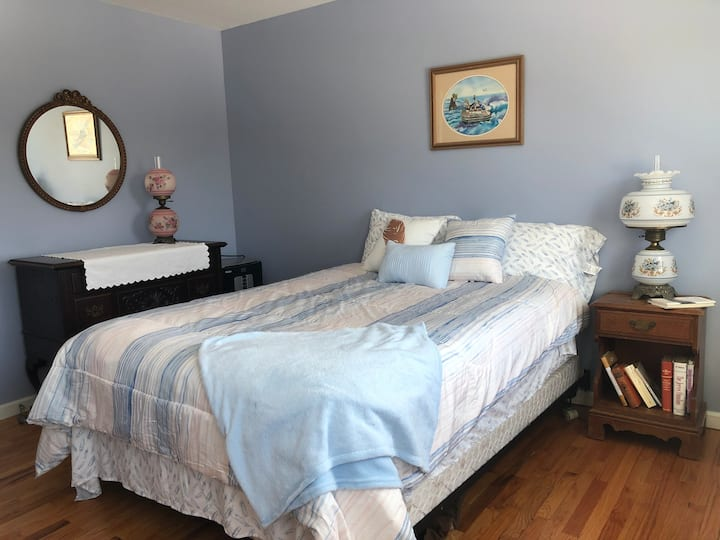 Kent Hollow Welcomes you- Private Bedroom