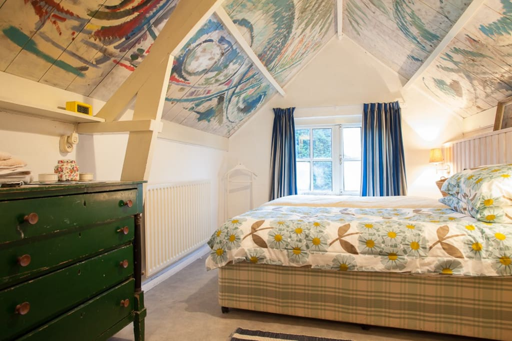 "Main bedroom with 'Chagall' style painted ceiling NL: Grote slaapkamer met 'Chagall' stijl beschilderd plafond DE:Haupt-Schlafzimmer mit Stil bemalte Decke ""Chagall"""