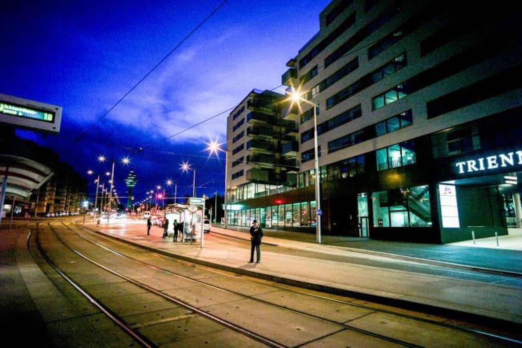 市中心就是方便,楼下就是购物中心,门口就有好几个公共交通站台!