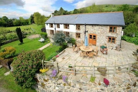 Beautiful contemporary farmhouse - great views - Llanrhaeadr-ym-Mochnant