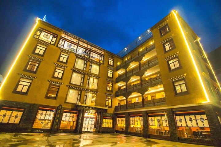 康定卡瓦拉藏家文化酒店