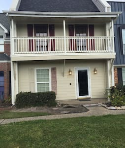 New Floors and Freshly Painted Townhouse! - Nederland