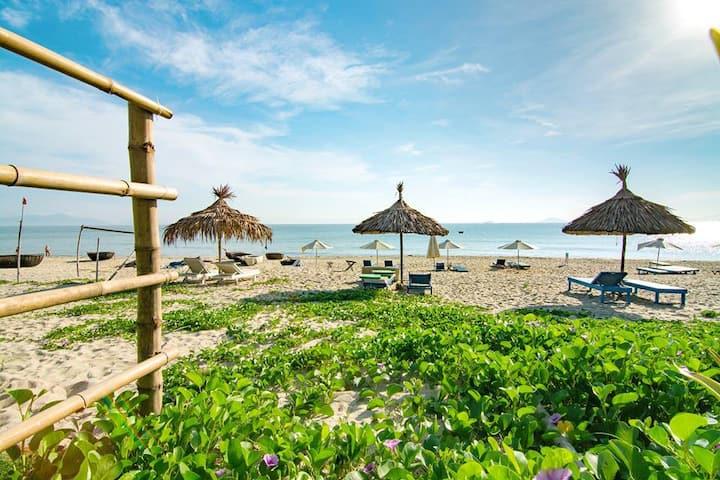 Villa 50M to beach.