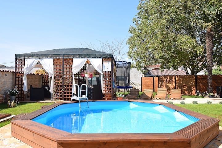 Holidayhome with pool for 6-8