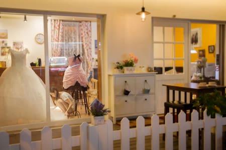 東勢山城精緻民宿,雙人房、三人房、四人房,古色古香老屋浴廁 - Dongshi District