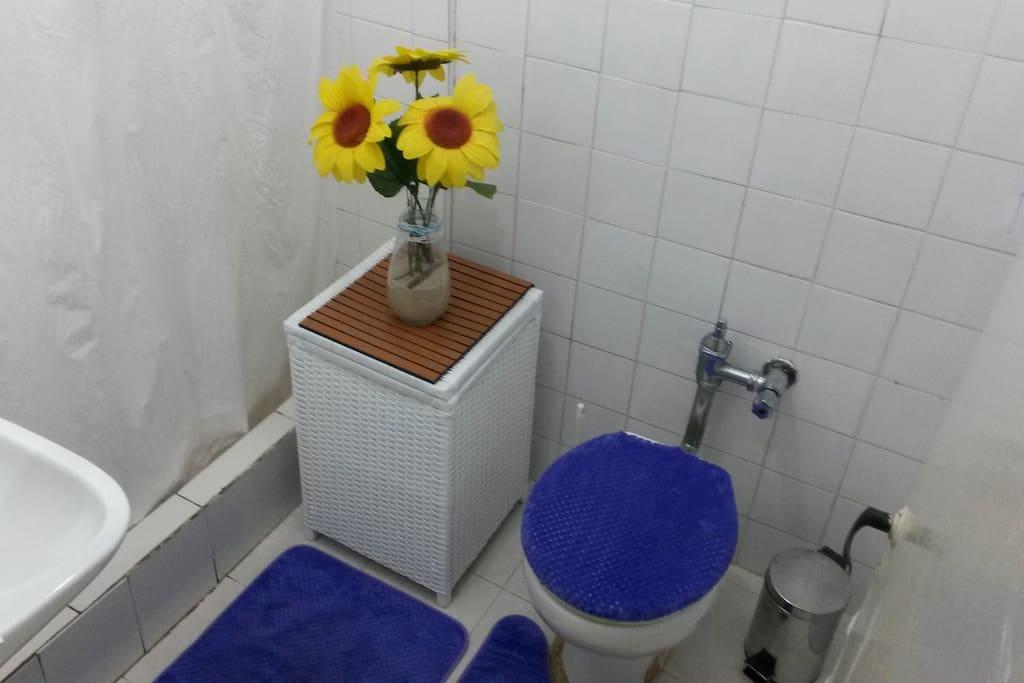 Banheiro limpo e luminoso