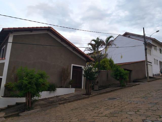 Casa no centro - aconchegante (ótima localização)