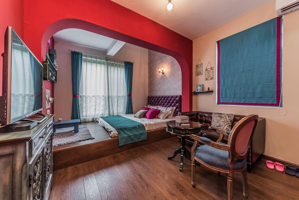 106房间在二楼,朝南,3米宽榻榻米配1.8米床垫,可再加床垫(需另收费),有客厅,阁楼可加床垫(需另收费)。
