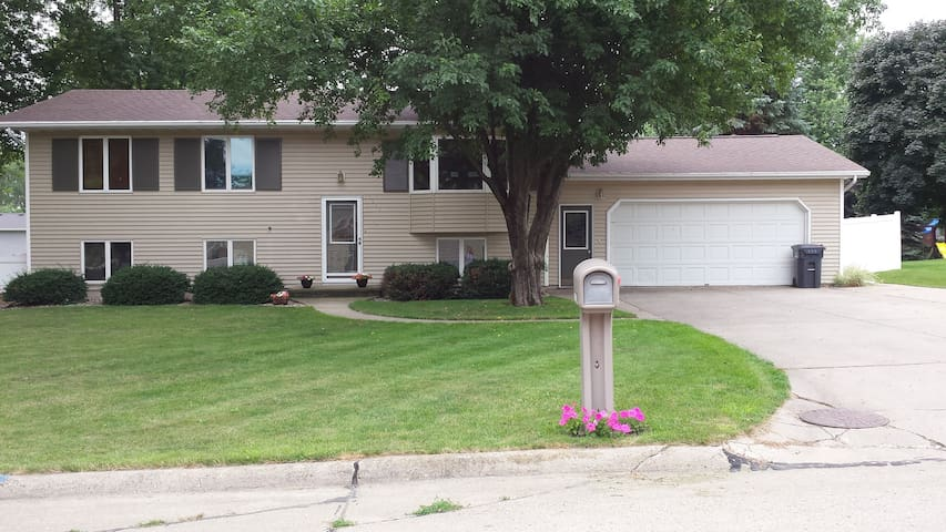 Spacious, warm, home away from home! - Sioux Center - Huis