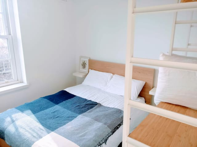Newly furnished room in central London apartment
