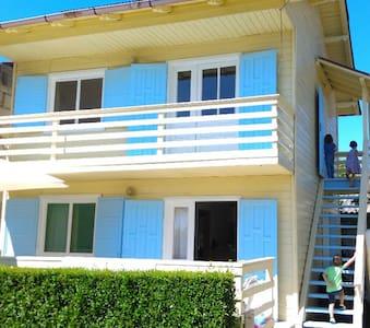 Cozy studio near the beach (upstairs) - 2 Mai - 公寓