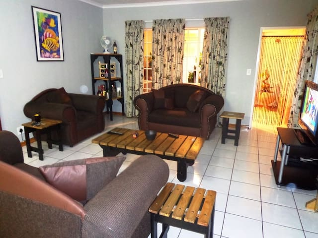 Sunny, Homey, and Friendly Accommodation - Boksburg - Apartment