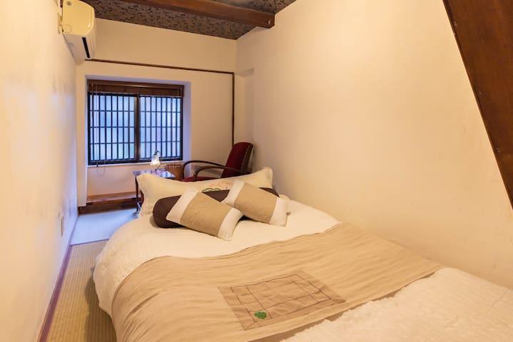 1F : Bedroom2(1 double bed).