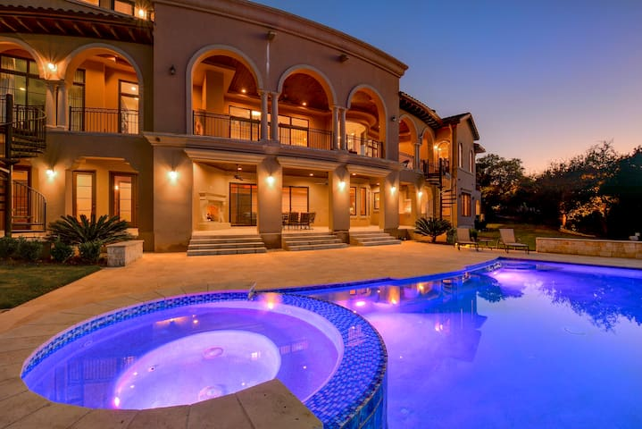 Luxury Villa Pool + Hot Tub, 30% Discount to 3/8! - Austin - Villa