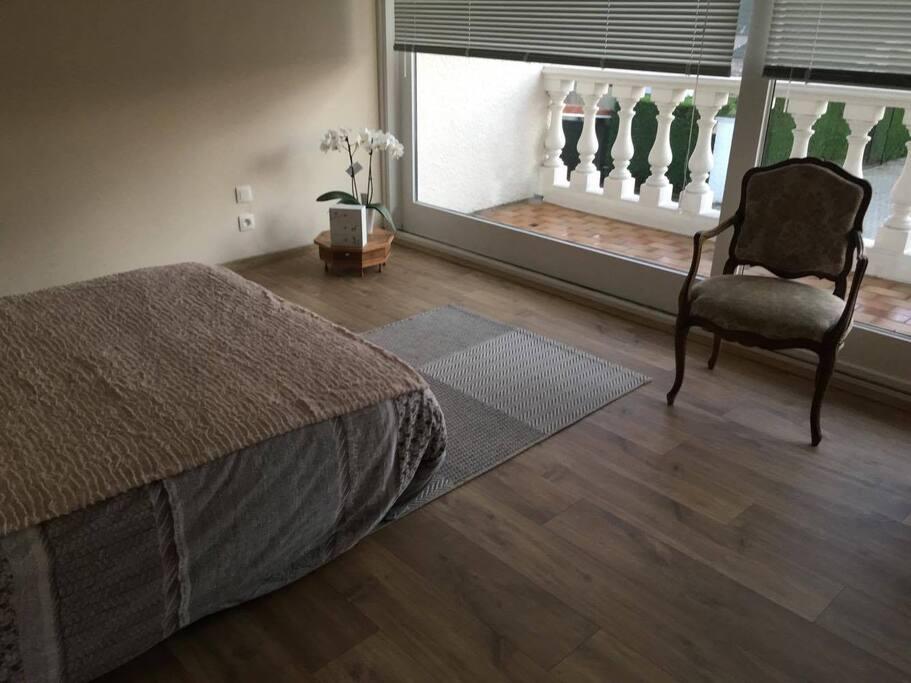Kamer 2: Grote slaapkamer. Gemeenschappelijk terras met kamer 1.